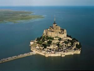 El Monte Saint Michel sobre la marea alta entre Normandía y Bretaña. Un plan para evacuar la arena volvera a dotarlo de su insularidad casi perdida.