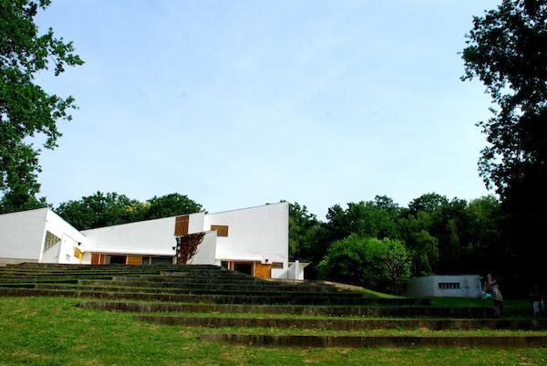 Aalto proyectó está residencia para el marchante de obras de Arte Louis Carré. Hoy pertenece a la Fundación Alvar Aalto y está abierta al público.