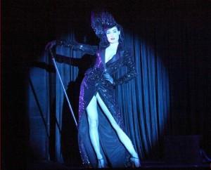 Dita Von Tease durante su espectáculo en el Crazy Horse. La noche parisina en pleno explendor