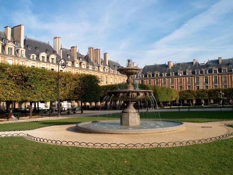 La Place des Vosgues en pleno Marais es un entorno muy agradable para pasear y tomar un cafe dónde solía sentarse Claude Chabrol cuando imaginaba sus peliculas. En los alrededores encontramos numerosos hoteles.
