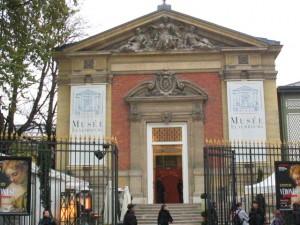 EL pequeño Museo de Luxemburgo junto al palacio (que alberga al Senado) y al parque del mismo nombre ofrece interesantes y vistosas exposiciones temporales