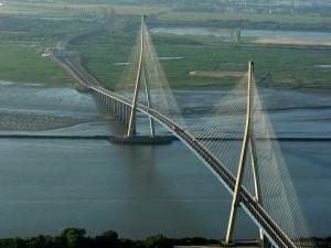 El Puente de Normandía, cerca de Le Havre ve despedirse al Sena  que ya casi se interna en el mar.