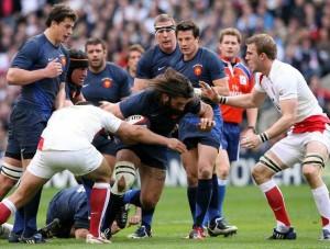 El clásico Francia Inglaterra del Seis Naciones en el Stade de France. En la foto, Sebatien Chabal percute la defensa inglesa.