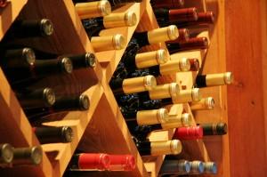 Botellas de diversos vinos franceses, la variedad hace que siempre descubramos, cepajes, denominaciones de origen o marcas distintas.