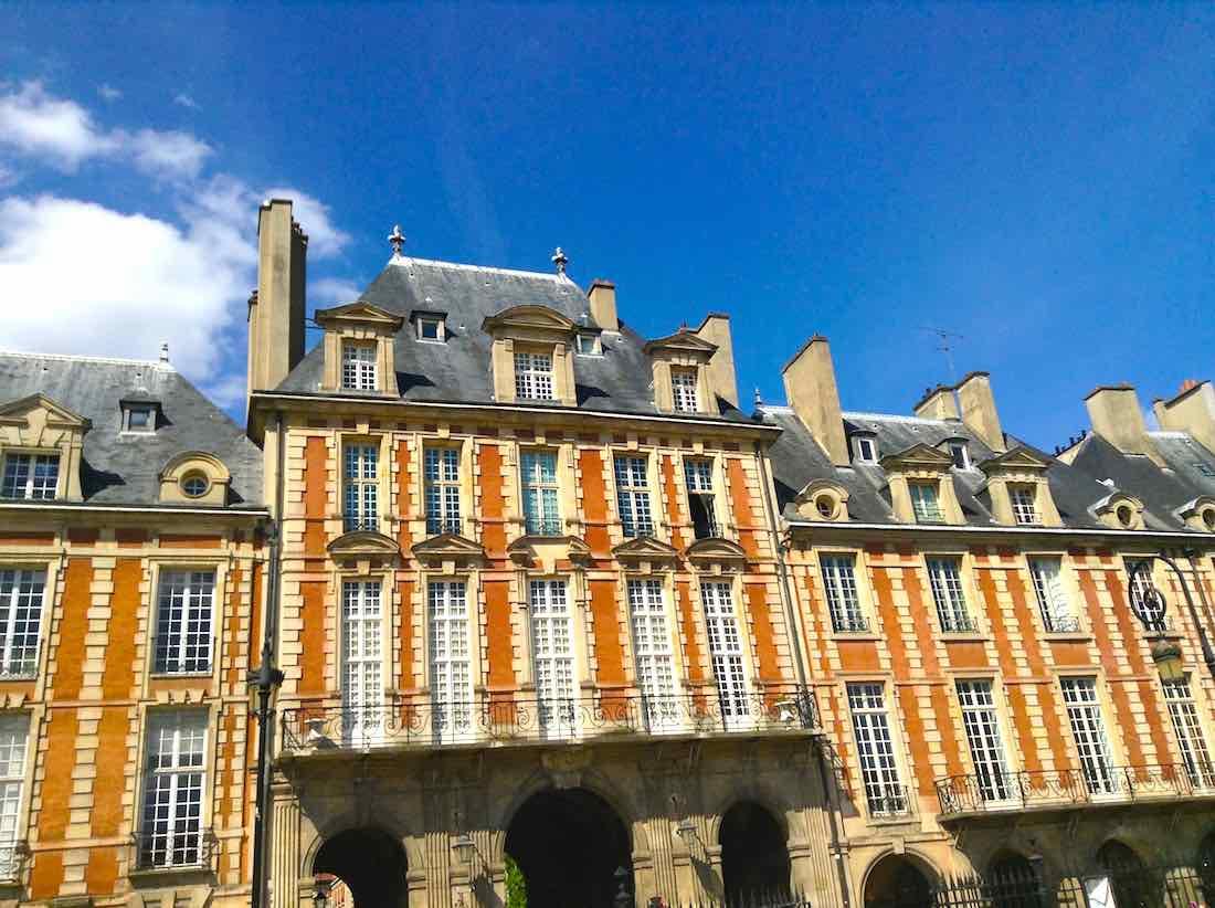 Place des Vosgues en el barrió parisino del Marais. En esa zona se encuentran algunos de los hoteles con más encanto de la capital francesa. ©Iñigo Pedrueza.
