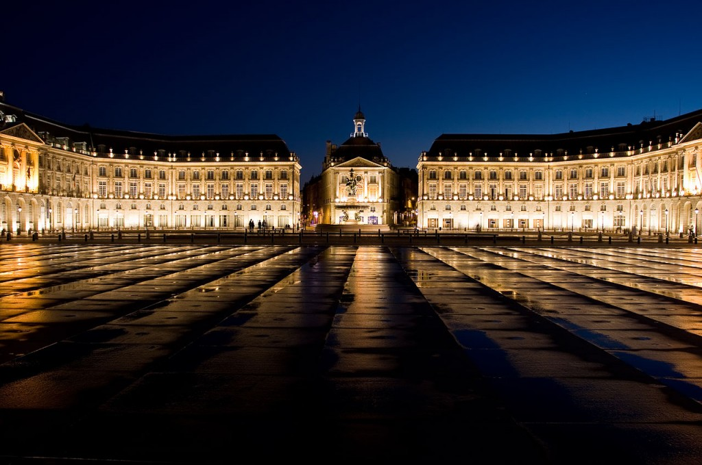 La inmensa Place de la Bourse, en una humeda noche. Un monumento tan espectacular como desconocido.