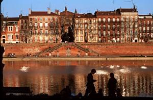 Toulouse, el Garona y los edificios de ladrillo rojo se solapan en una visión maravillosamente desconocida.