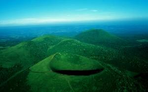 La sierra o cadena des Puits, alinemiento de antiguos volcanes extintos. Disfruten del mar verde hasta los confines del horizonte.