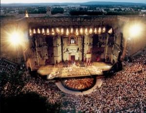 El teatro, con su impresionante muro de la escena, en plena representación