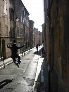 Alegria en las calles de Aix, un esudiante que acaba de terminar, con éxito, sus estudios.