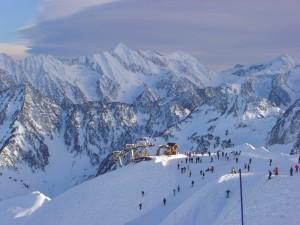 El valle visto desde las alturas donde nos lanzamos en picado siguiendo la punta de nuestros esquíes