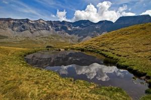 La naturaleza se encuentra también en las cercanías de las estaciones. En la foto un lago glaciar en el verano de los Pirineos.