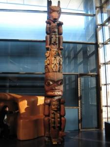 Gran totem de madera originario del Noroeste de Norteamérica. Las poblaciones de la costa noroccidental del actual Estados Unidos y Canada (tlingit, tsimshian, haida, kwakiutl, nootka y chinook) destacaron por el dominio de la pesca y la talla en madera.