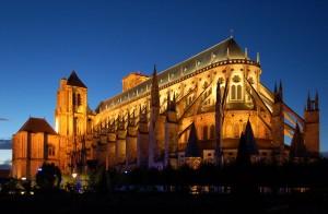 La gran catedral de Saint Etienne, con 37 metros de altura vista por la noche. Patrimonio Universal de la Unesco