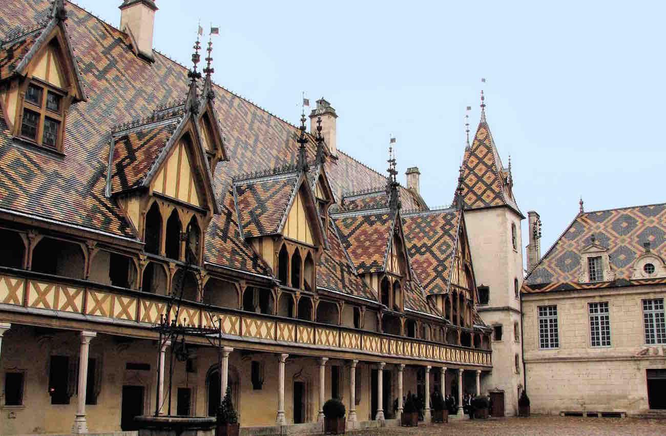 Hospicio de Beaune al sur de Dijon. La restauración ha recuperado todo el esplendor de la arquitectura borgoñona y de su decoración tan del norte de Europa.