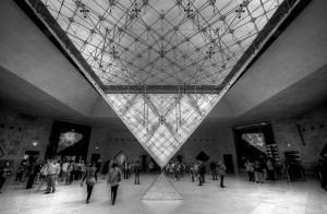 La magnífica pirámide del Louvre, inaugurada durante el mandato de François Mitterand.