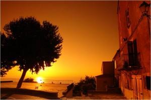 Atardecer en el pueblecito de Santa María Poggio, en la Costa Verde. El verano se disfruta en Córcega.