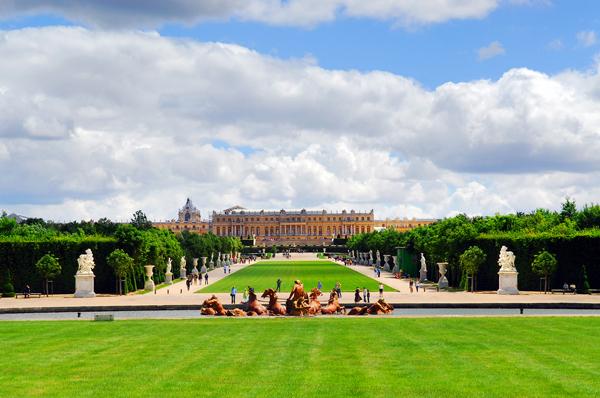 Versalles en un soledo día de verano. Vista desde el estanque con el palacio al fondo.