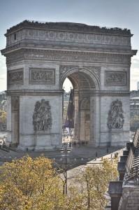 El Arco del Triunfo en mitad de los Campos Elíseos, entre el nuevo barrio de la Defense y el Museo del Louvre.