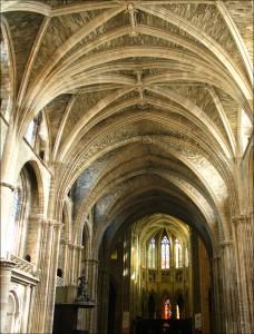 Bóveda de la nave central de la catedral. Se puede apreciar bien la altura y la grácil sujección de la arquitectura gótica.