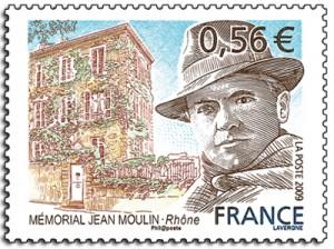 Jean Moulin con su típico sombrero y foulard. A su lado el Museo que honra la Resistencia en este bello sello tallado.
