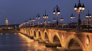 Romántica vista en blanco y negro del Pont de Pierre, el único puente que une el casco antiguo de Burdeos con la orilla este de la ciudad.