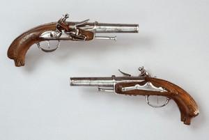 Pistolas de oficial de la marina francesa. Muchas armas de época se puden ver en las vitrinas del museo.