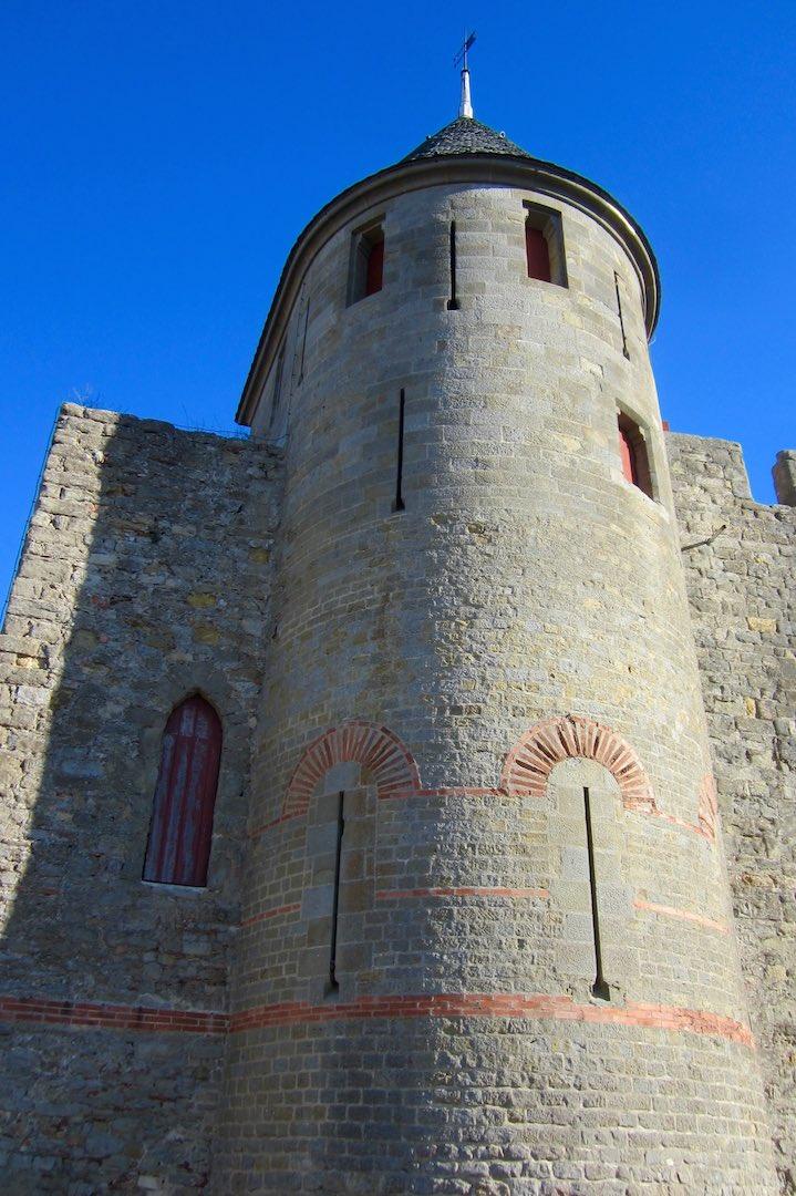 Una de las torres desde el exterior, puede apreciarse la calidad de la reconstrucción. ©M. Calvo.