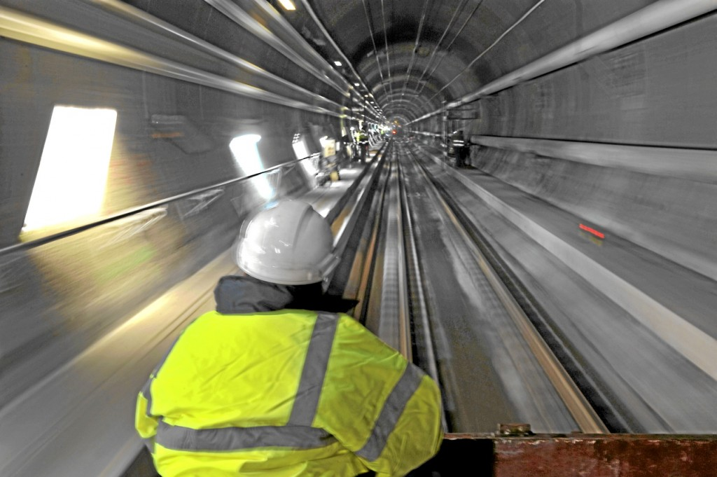 Un técnico revisa uno de los tuneles durante la contrucción. El Canal, una proeza técnica bajo la Mancha.