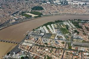 Los hoteles de Burdeos son diversos y ofrecen servicios al gusto de cada turista. Vista aérea del Garona con la Explanada Quinconces