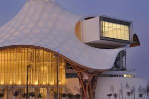 Detalle de la transparencia de la cubierta y del gran ventanal de una de las galerías desde donde se puede ver la ciudad de Metz