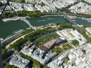 Vista aérea del Museo del Quai Branly, junto al Sena, el MAM (Museo de arte contemporánea) y la Torre Eiffel. Se observa bien la integración del edificio con los jardines, los mergenes del Sena y el resto de los edificios.