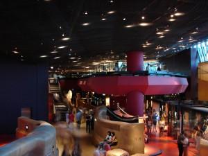 Gran sala central, en la que se aprecia la complejidad del diseño y la potencia de la luz para crear los ambientes.