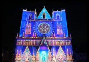 La catedral Saint Jean durante la fête des lumières, la fiesta de las luces.