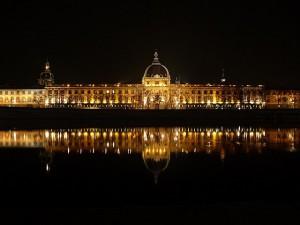 El espectacular edifico del Hoterl de Dieu en una vista nocturna.