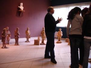 Serge Castillo habal de su obra durante una exposición en Prayols, en Arige sobre Exilio y Solidaridad.
