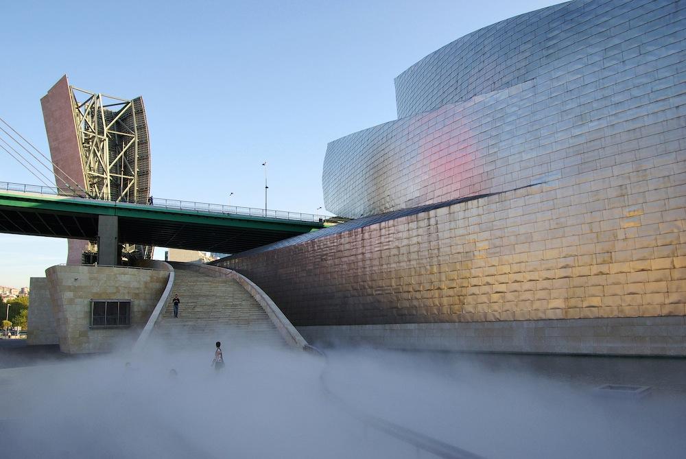 Cita sorprendente en la nueva plaza de la République con la artista japonesa Fujiko Nakaya y sus esculturas de niebla, que ya había estado en el museo Guggenheim de Bilbao.