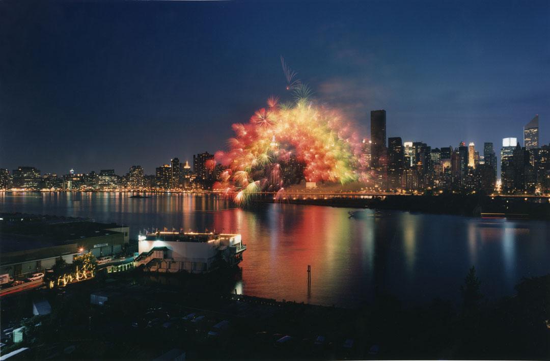 No se pierdan la performance de fuegos artificiales del artista chino Cai Guo-Qiang, célebre por el espectáculo pirotécnico de los JJOO de Pekín. Aquí en Nueva York en 2002 © Hiro Ihara.