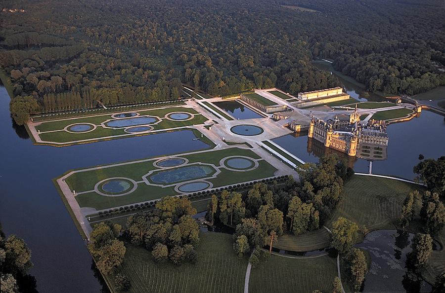 En el parque del Palacio de Chantilly se puede apreciar la concepción arquitectónica del espacio de le Nôtre, la importancia de la perspectiva y de la simetría. Foto de domaine de chantilly.