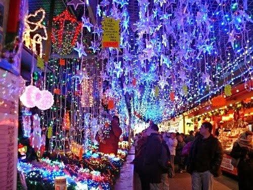 """Las luces de los mercados y de la ciudad nos recuerdan porqué le llaman a París """"la ciudad de la luz""""."""