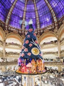 Las Galerías Lafayette se engalanan para la ocasión. Una ocasión ideal para ver uno de los grandes almacenes más bellos de la capital, con su cúpula impresionante.