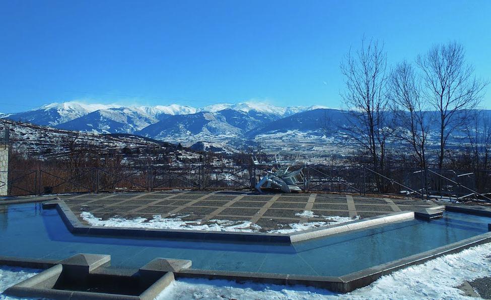 Descansar a casi 40º mientras se contemplan los Pirineos nevados. ¡Menudo espectáculo!