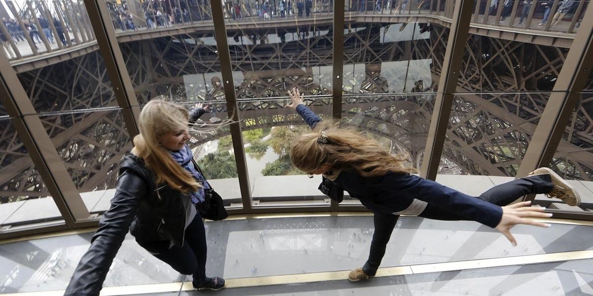 Las vertiginosas vistas desde la plataforma de cristal del primer piso de la Torre Eiffel.