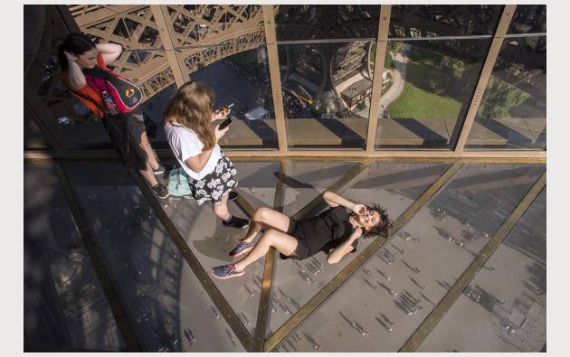 La plataforma de cristal del primer piso de la Torre Eiffel ha conquistado a los visitantes desde el principio.