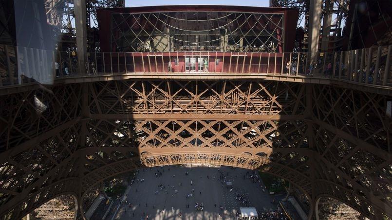 El renovado primer piso de la Torre Eiffel ofrece un mirador con vistas únicas e integra al visitante en el monumento.