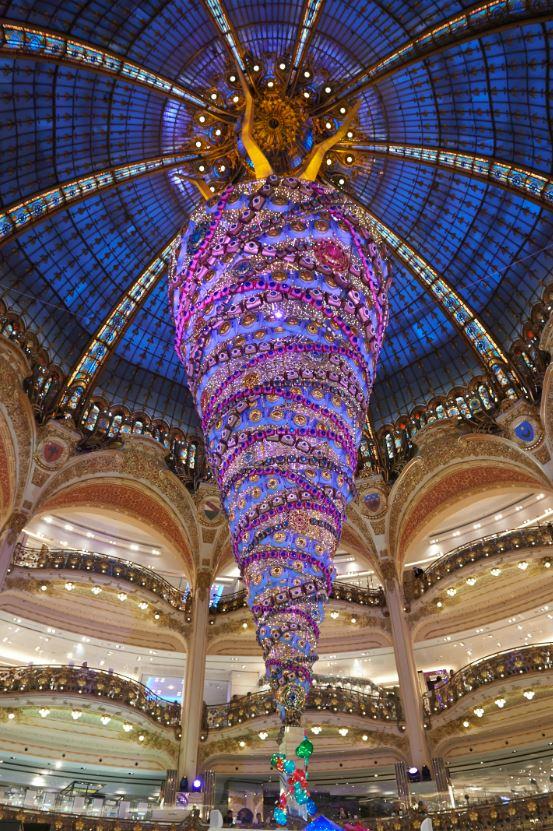El espléndido árbol de Navidad invertido, un original concepto que nos ofrecen este año las suntuosas Galerías Lafayette.